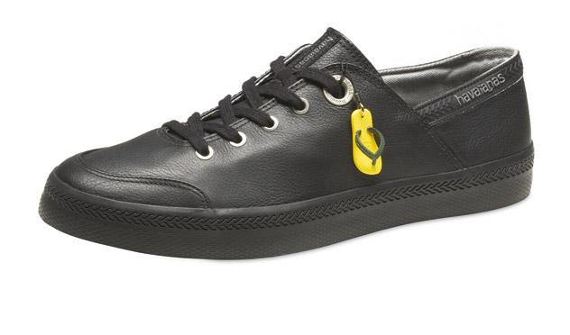 <b>Havaianas</b> sorprende con esta zapatilla negra de piel. ¡No todo va a ser enseñar los dedos de los pies!