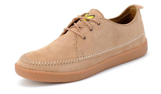 Podría ser un zapato, pero es una zapatilla de ante de <b>Lyle&Scott</b>.