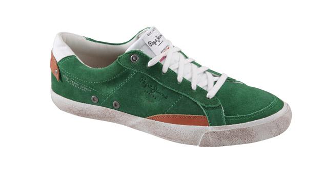 También en ante de color verde, <b>Pepe Jeans</b> quiere que al trabajo vayamos en calzado deportivo.