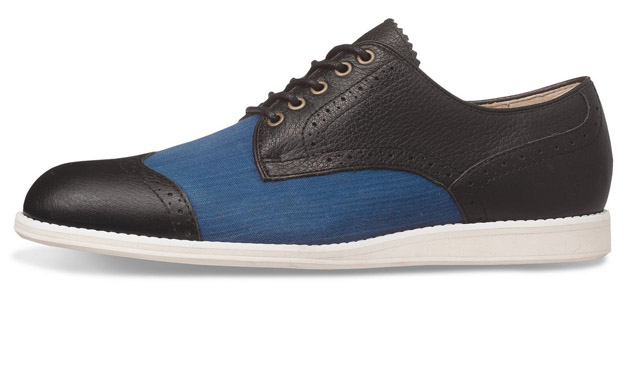 Aunque parece un zapato Oxford, realmente es una zapatilla de inspiración británica de<b> Onitsuka Tiger</b>.