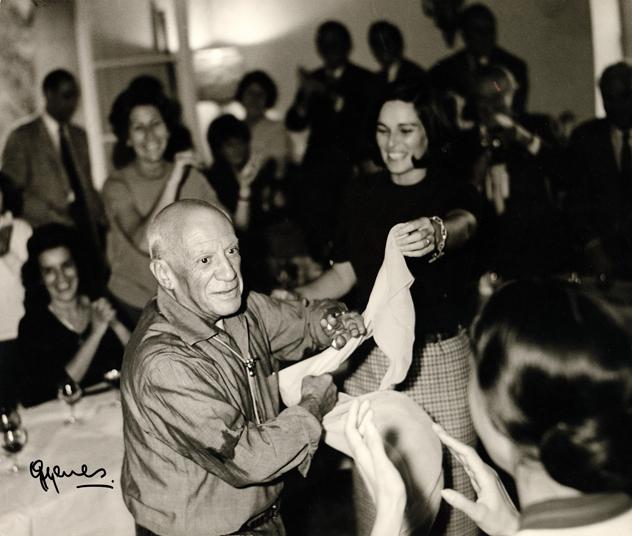 Picasso+en+su+fiesta+de+cumpleañós+bailando+con+Lucía+Bosé+©